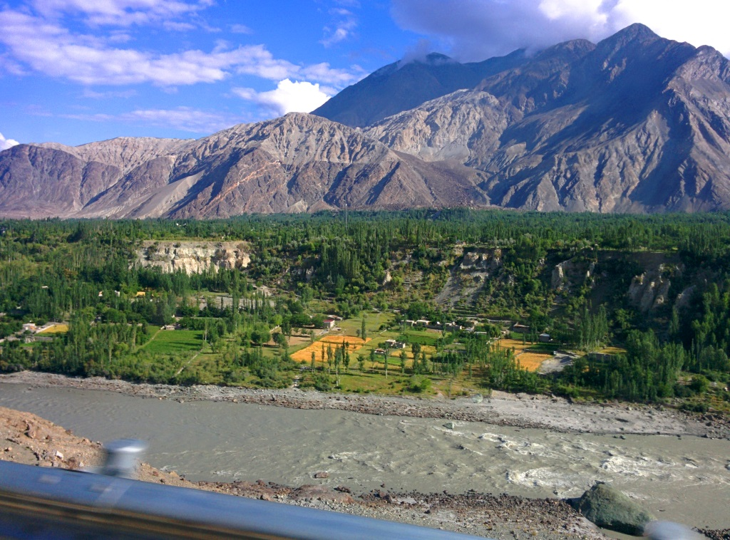 gilgit-riverside-roadtrip-sm